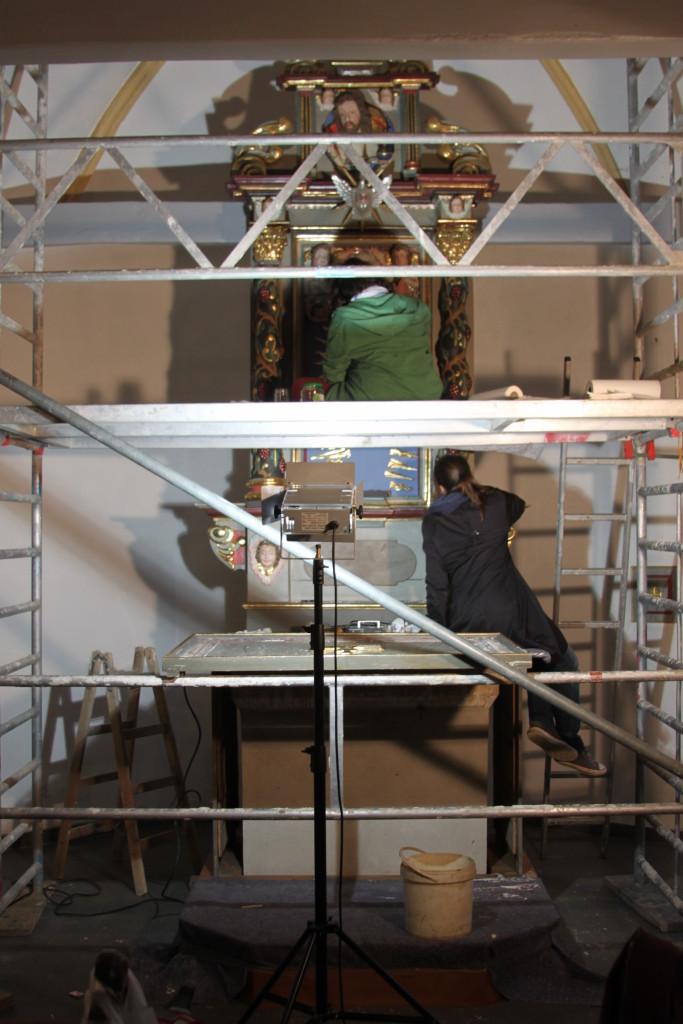 Restaurierung auf Gerüst in der Kapelle in Wiesemscheid, eifel